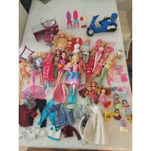 Veel barbies, brads, wings, sheila poppetjes